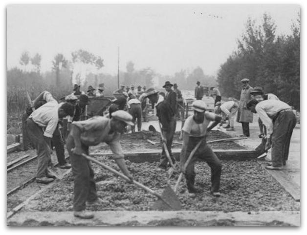 Foto storica di cantonieri al lavoro anno 1935
